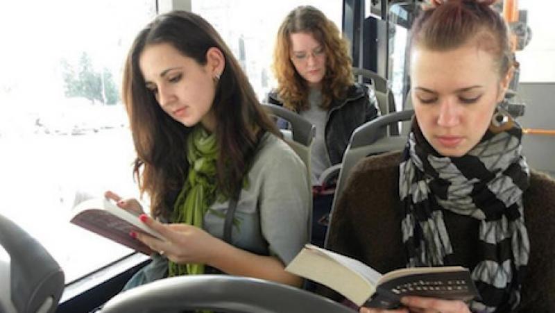 Conheça a cidade da Romênia onde pessoas que leem livros no ônibus não pagam transporte